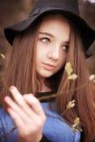 Adolescente hermoso que lleva a cabo una rama en flor Fotografía de archivo