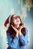 Adolescente hermoso que lleva el sombrero de Papá Noel y Imagenes de archivo
