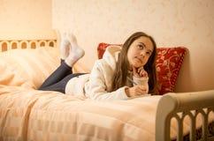 Adolescente hermoso que miente en cama con el diario privado Imagen de archivo libre de regalías