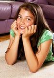Adolescente hermoso que miente en el suelo Foto de archivo