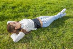 Adolescente hermoso que miente en la hierba Imágenes de archivo libres de regalías