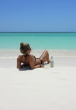 Adolescente hermoso que miente en la playa Fotografía de archivo
