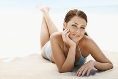 Adolescente hermoso que miente en Sandy Beach Imagenes de archivo