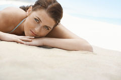 Adolescente hermoso que miente en Sandy Beach Fotos de archivo
