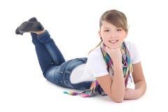Adolescente hermoso que miente sobre blanco Foto de archivo