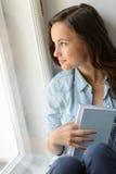 Adolescente hermoso que mira hacia fuera la ventana Imagenes de archivo