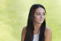 Adolescente hermoso que mira sobre hombro Fotos de archivo