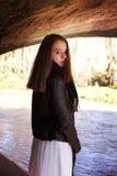 Adolescente hermoso que mira sobre su hombro Fotografía de archivo libre de regalías