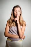 Adolescente hermoso que pide silencio Fotografía de archivo libre de regalías