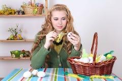 Adolescente hermoso que pinta los huevos de Pascua Imagen de archivo libre de regalías
