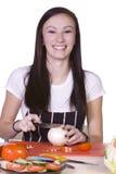 Adolescente hermoso que prepara el alimento Fotos de archivo