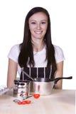 Adolescente hermoso que prepara el alimento Fotografía de archivo libre de regalías