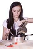 Adolescente hermoso que prepara el alimento Imágenes de archivo libres de regalías