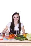 Adolescente hermoso que prepara el alimento Foto de archivo