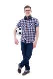 Adolescente hermoso que presenta con el balón de fútbol aislado en blanco Foto de archivo