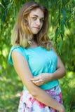 Adolescente hermoso que presenta en el parque Fotografía de archivo libre de regalías