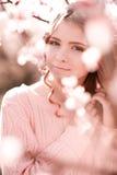 Adolescente hermoso que presenta en jardín del melocotón Imagen de archivo libre de regalías