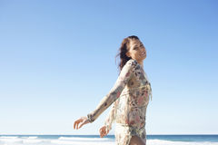 Adolescente hermoso que presenta en la playa Imagen de archivo libre de regalías