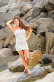 Adolescente hermoso que presenta por las rocas Imagen de archivo
