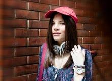 Adolescente hermoso que presenta sobre la pared de ladrillo Foto de archivo libre de regalías