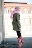 Adolescente hermoso que salta al aire libre Imagenes de archivo