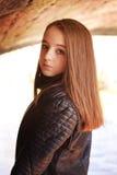 Adolescente hermoso que se coloca debajo de un puente Fotografía de archivo libre de regalías