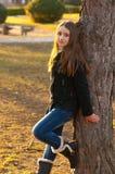 Adolescente hermoso que se coloca en el parque Foto de archivo libre de regalías