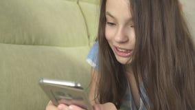 Adolescente hermoso que se divierte que comunica en smartphone Imagen de archivo libre de regalías