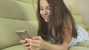 Adolescente hermoso que se divierte que comunica en smartphone Imágenes de archivo libres de regalías