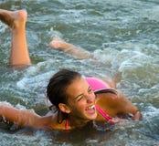 Adolescente hermoso que se divierte en el mar Imágenes de archivo libres de regalías
