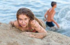Adolescente hermoso que se divierte en la playa Fotografía de archivo libre de regalías