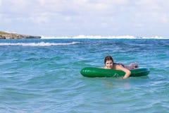 Adolescente hermoso que se divierte en la playa con un juguete inflable en el mar del Caribe Imágenes de archivo libres de regalías