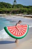 Adolescente hermoso que se divierte en la playa con un juguete inflable en el mar del Caribe Fotos de archivo libres de regalías
