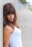 Adolescente hermoso que se inclina contra la pared Foto de archivo libre de regalías