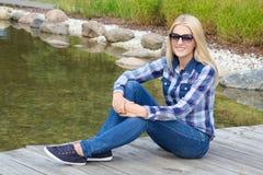 Adolescente hermoso que se sienta en parque Fotos de archivo