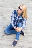 Adolescente hermoso que se sienta en piso de madera Fotos de archivo libres de regalías