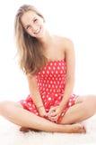 Adolescente hermoso que se sienta a piernas cruzadas Imágenes de archivo libres de regalías