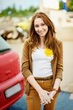 Adolescente hermoso que sonríe al aire libre Foto de archivo