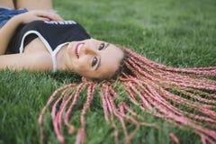 Adolescente hermoso que sonríe en el parque Imagen de archivo