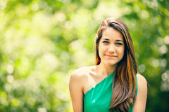Adolescente hermoso que sonríe en un fondo verde Fotografía de archivo