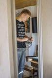 Adolescente hermoso que sostiene algunos cables Fotografía de archivo libre de regalías