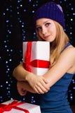 Adolescente hermoso que sostiene la caja de regalo con la cinta Fotografía de archivo libre de regalías