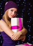 Adolescente hermoso que sostiene la caja de regalo con la cinta Fotografía de archivo