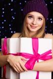 Adolescente hermoso que sostiene la caja de regalo con la cinta Imágenes de archivo libres de regalías
