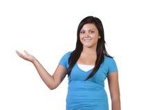 Adolescente hermoso que sostiene su producto con alegría Foto de archivo libre de regalías