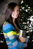 Adolescente hermoso que sostiene un libro Imagen de archivo libre de regalías