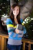 Adolescente hermoso que sostiene un libro Fotografía de archivo