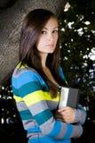 Adolescente hermoso que sostiene un libro Fotografía de archivo libre de regalías