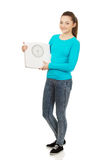 Adolescente hermoso que sostiene una escala Imagen de archivo libre de regalías