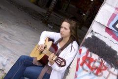 Adolescente hermoso que toca la guitarra Fotos de archivo libres de regalías